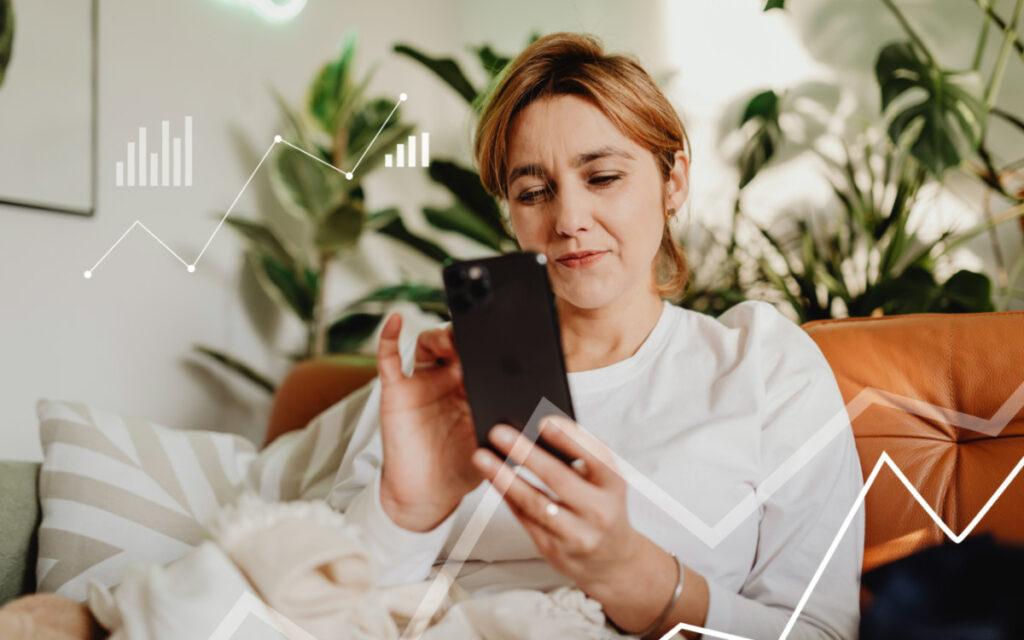 kobieta z telefonem oglądając listy przebojów