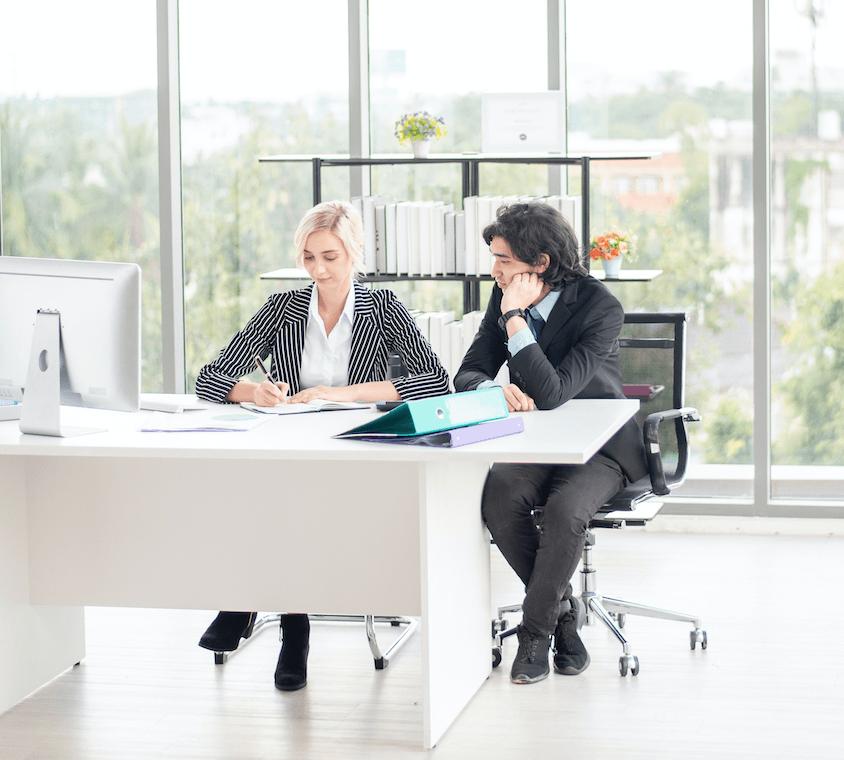 mężczyzna i kobieta pracujący w biurze