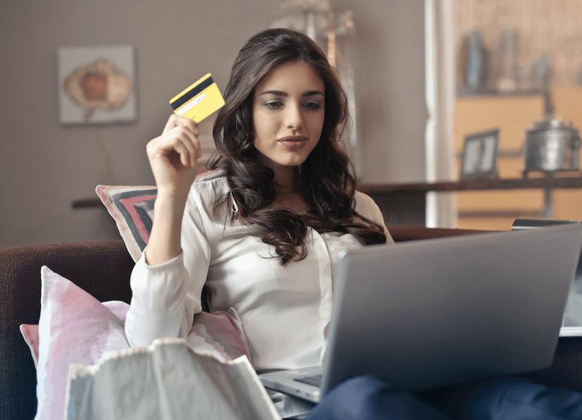 dziewczyna robi zakupy w domu online