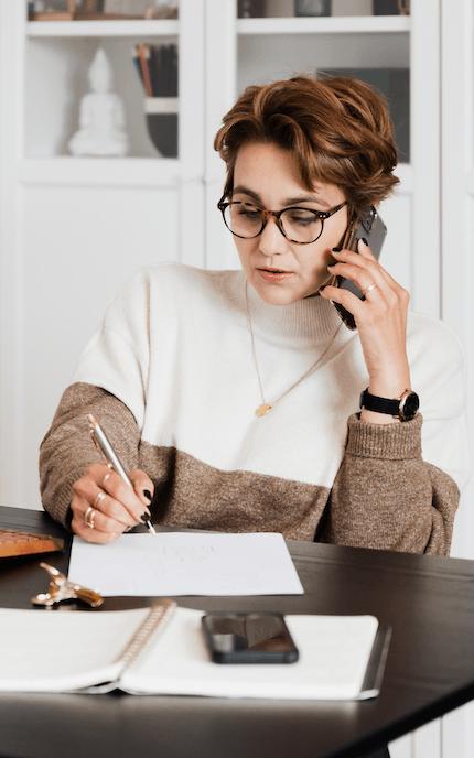 rozmowa biznesowa przez telefon w biurze
