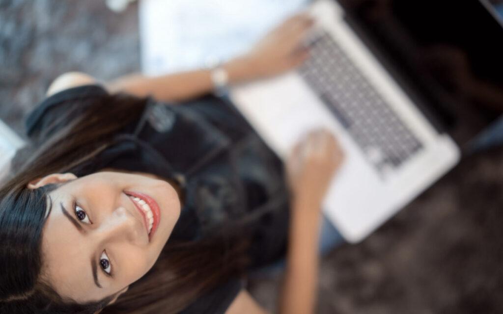 dziewczyna z laptopem patrząca w górę