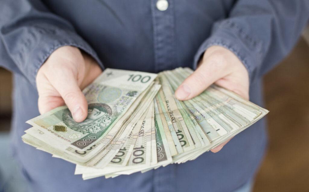 pakiet pieniędzy w rękach