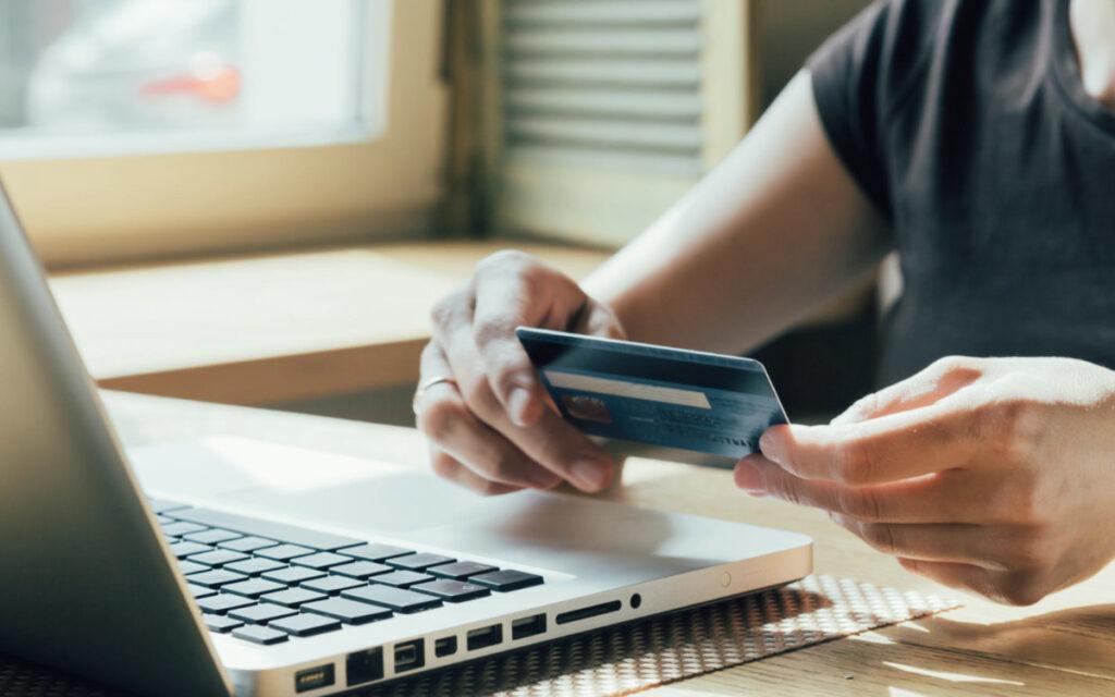 karta kredytowa, laptop, męskie dłonie