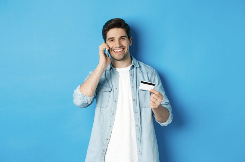 facet z telefonem i kartą kredytową